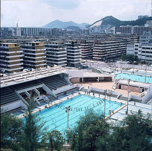 1975 Looking west to the Lei Cheng Uk Swimming Pools, Lei Cheng Uk Estate is in the background 向西看李鄭屋游泳池,李鄭屋村在其後方