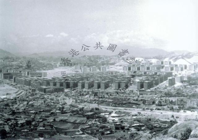 1963 An aerial view of Wong Tai Sin Resettlement Estate = 黃大仙新區空中一景