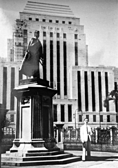 Statue Square-A King looks over his subjects-