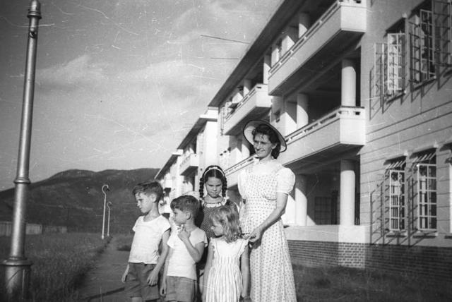 Elizabeth Nance and 4 kids at Stanley 1949
