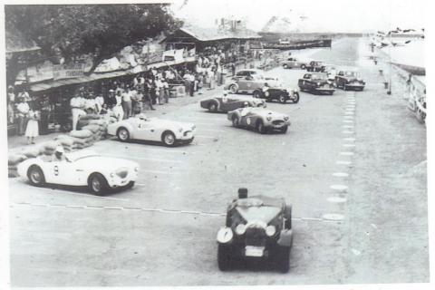 1st-Macau-GP-1954---Betsy-first-away-after-the-Le-Mans-start..jpg