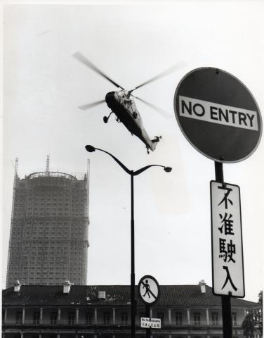 (6) The aircraft approaches to land at the car park after the lift, and pick up the other crew members before returning to Kai Tak.