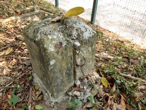 Concret base with a yellow leave on top as marker
