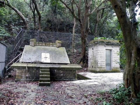 Tai_Tam_Reservoir,_Stone_House&Tunnel_Outlet