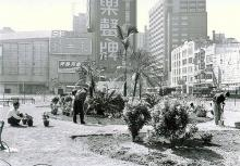1965 Looking southwest from the rest garden at the intersection between Nathan Road and Gascoigne Road, Astor Cinema is seen on the left Hotel Fortuna is on the right 於彌敦道與加土居道交界休憩公園向西南看,左邊為普慶戲院,右邊可見富都大酒店,兩者之間為彌敦道