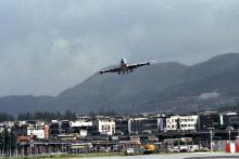 Landing jets at Kai Tak (2)