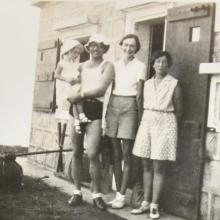 Thought to be George Gordon Stopani-Thomson, his wife and daughter, Shirley with Pixie Smith 1